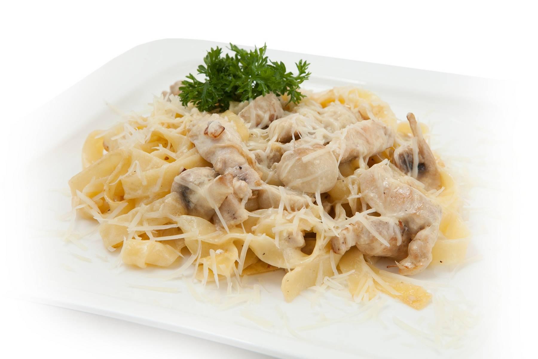 Спагетти с курицей в сливочном соусе пошагово с
