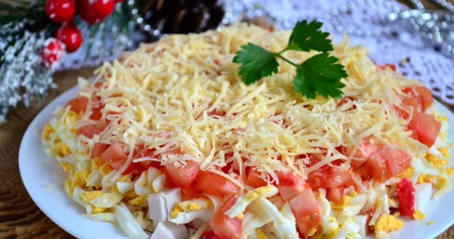 Салат с крабовыми палочками с сыром и помидорами
