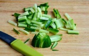 Салат с отварной курицей и огурцами - 0
