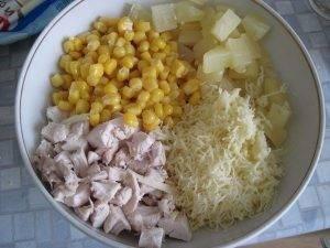 Салат из курицы с ананасом, кукурузой и сыром - 0