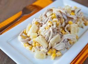 Салат из курицы с ананасом, кукурузой и сыром - 1