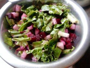 Салат из отварной свеклы и огурца с листовым салатом - 2