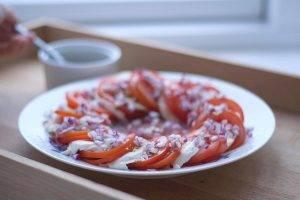 Быстрый салат с помидорами и сыром моцарелла - 0