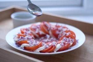 Быстрый салат с помидорами и сыром моцарелла - 1