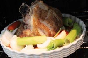 Свиная рулька в духовке с овощами - 1