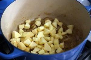 Свинина с квашеной капустой и яблоками в духовке - 1