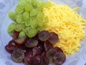 Легкий салат из винограда и сыра - 1