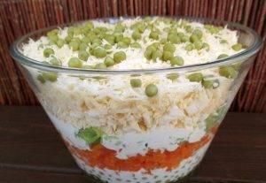 Овощной салат с яйцами и сыром слоями - 4