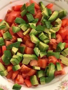 Лёгкий салат с авокадо и помидорами - 1
