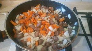Жареные куриные сердечки с макаронами и овощами - 4