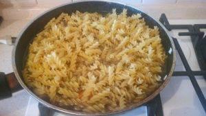Жареные куриные сердечки с макаронами и овощами - 6