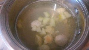 Суп с фрикадельками, кабачками и цветной капустой - 2