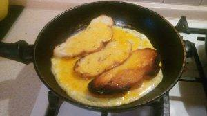 Быстрые гренки и яичница на сковороде - 2