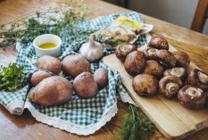 Жаркое с картошкой, грибами и маринованными огурчиками - 0