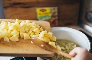 Картофельный суп с луком-пореем - 1