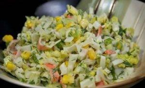 Салат из крабовых палочек с кукурузой - 1