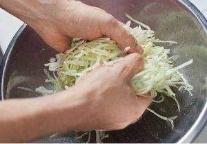 Салат из капусты с креветками - 1