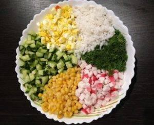 Салат из крабовых палочек с кукурузой - 0