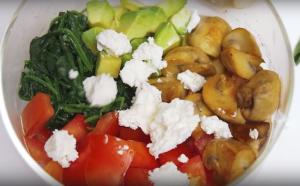 Сытный салат с грибами и шпинатом - 1