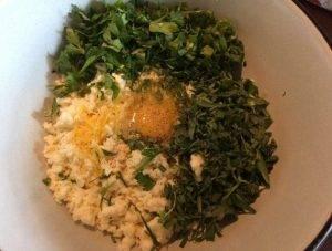 Пирог из слоеного теста с брынзой, зеленью и яйцом - 0