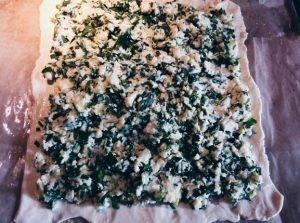 Пирог из слоеного теста с брынзой, зеленью и яйцом - 1