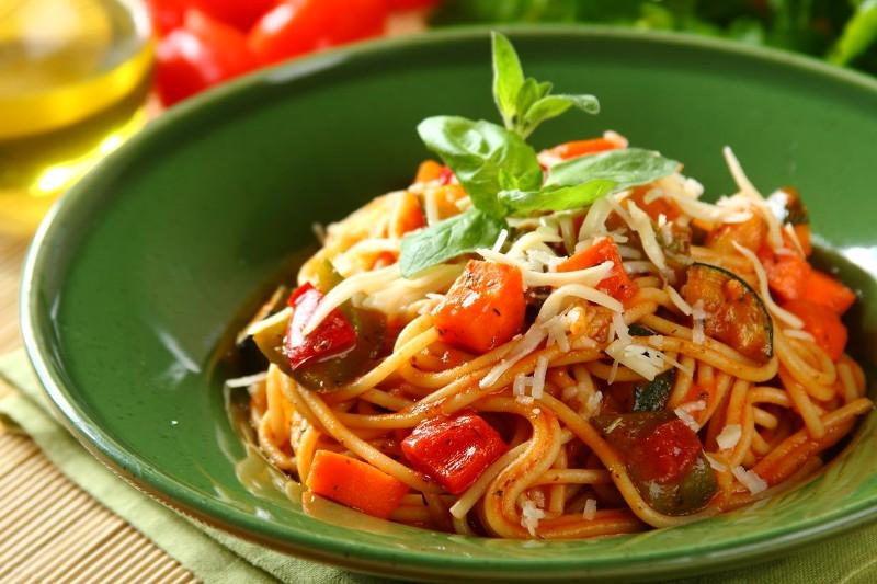 это дом спагетти с овощами и мясом образом