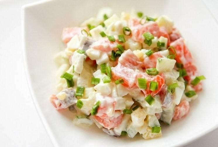 Салат с семгой, картофелем яйцом и зеленым луком готовый!!!!