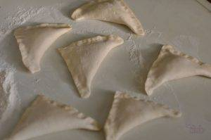 Пирожки с луком из слоеного теста - 1