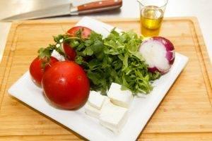 Салат с рукколой, томатами и брынзой - 0