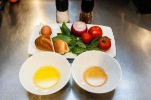 Салат из томатов с крутонами и яйцом - 0