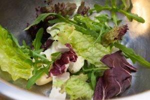 Хориатики с листьями салата и креветками - 1