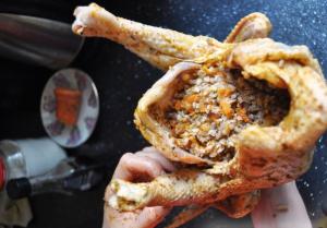 Запеченная курица, фаршированная гречкой - 1