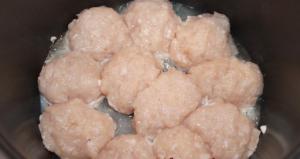 Куриные котлеты в сырно-сметанной заливке в мультиварке - 0
