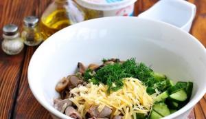Салат из куриных сердечек с грибами и сыром - 2