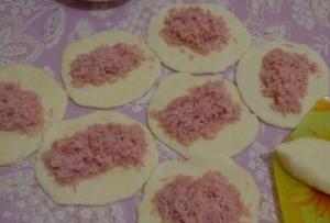 Сырная лепешка с ветчиной и чесноком - 1