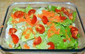 Салат из курицы с овощами и яйцом - 1