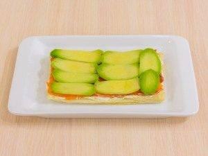 Закусочные пирожные из слоеного теста, форели и авокадо - 2