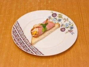 Бутерброды с рулетиками из ветчины и салатом - 8