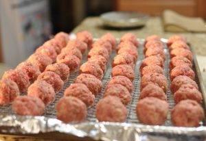 Запеченные тефтели из свиного фарша с сыром - 0