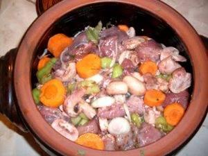 Жаркое из свинины с овощами и грибами в горшочке - 0