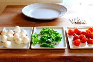 Канапе из помидоров и сыра «Капрезе» - 0