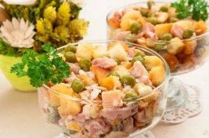 Салат с сухариками, горошком и копченым окорочком - 4