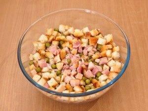 Салат с сухариками, горошком и копченым окорочком - 3