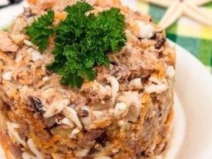 Салат с тунцом и сухариками - 5