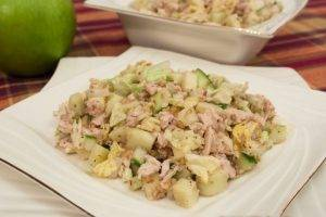 Салат с куриным филе, огурцами и орехами - 7