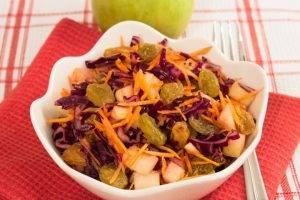 Салат с капустой, яблоком и изюмом - 4