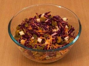 Салат с капустой, яблоком и изюмом - 3
