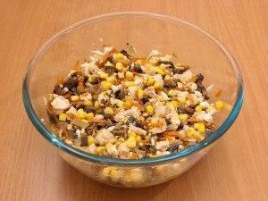 Куриный салат с кукурузой и грибами - 2