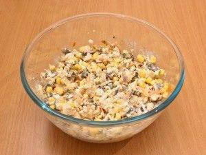 Куриный салат с кукурузой и грибами - 3