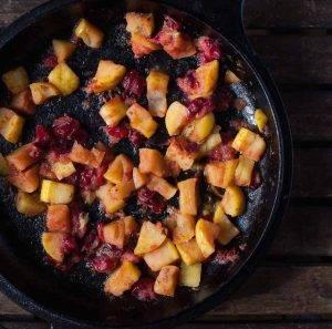 Стейк из свинины с клюквой и яблоками - 1